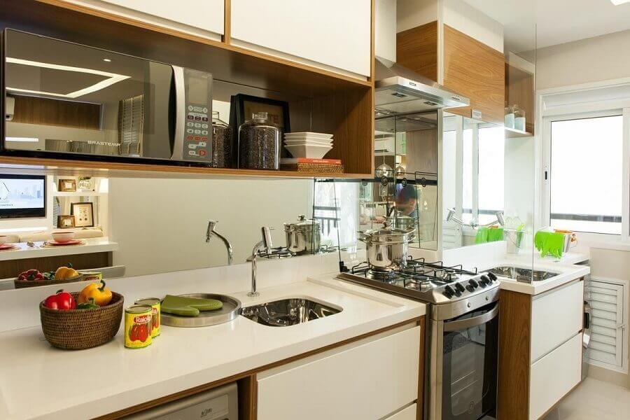 parede espelhada para cozinha pequena planejada em tons neutros Foto Sesso & Dalanezi Arquitetura+Design