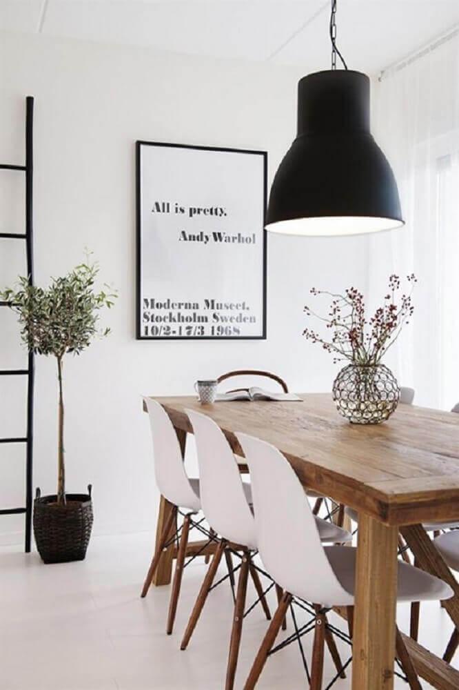 pendente para sala de jantar moderna com mesa de madeira e cadeiras brancas Foto DigsDigs
