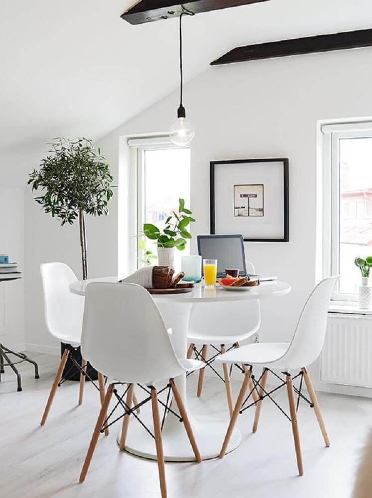 pendente para sala de jantar moderna com mesa redonda e cadeiras brancas de plástico Foto Pinterest
