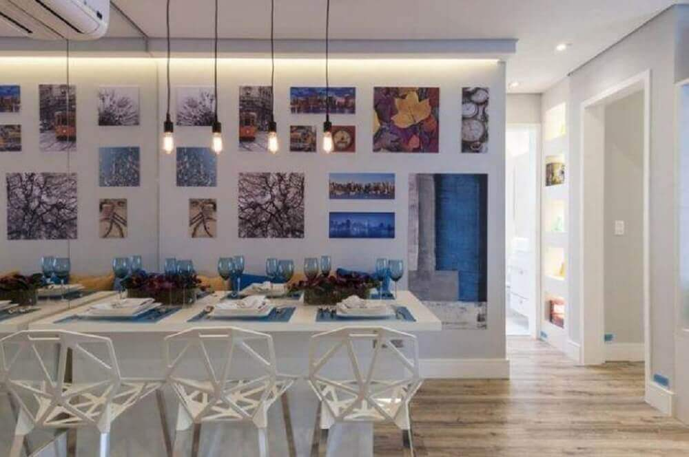 pendentes minimalistas e cadeiras diferentes para decoração de sala de jantar moderna Foto Adriana Fontana