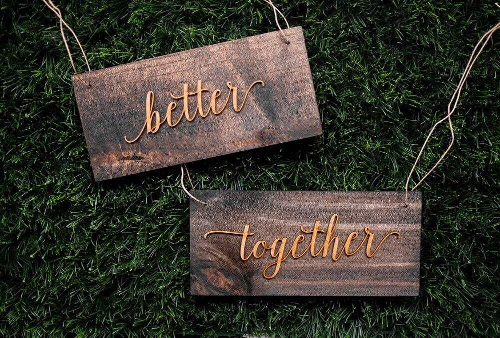 plaquinhas para casamento feitas em madeira Foto Improuse