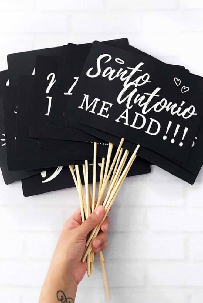 plaquinhas para festa feitas em papel preto e com letras brancas Foto Pinterest