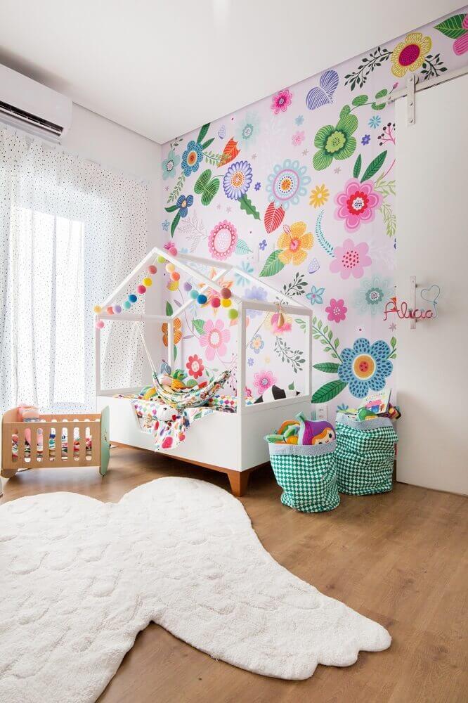 quarto infantil decorado com papel de parede com flores grandes e coloridas Foto Mimoo