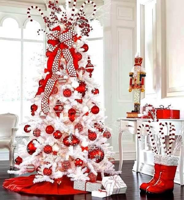 Árvore de natal branca e vermelha encanta a decoração do ambiente