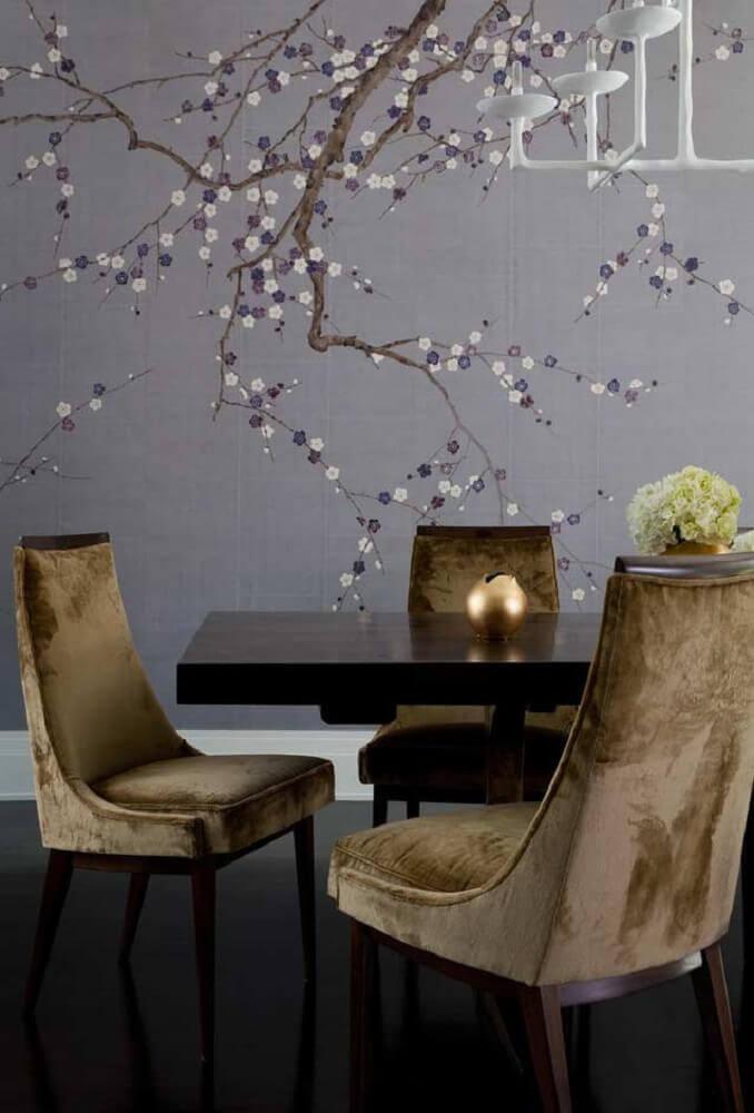 sala de jantar decorada com mesa de madeira e papel de parede floral Foto Pinterest