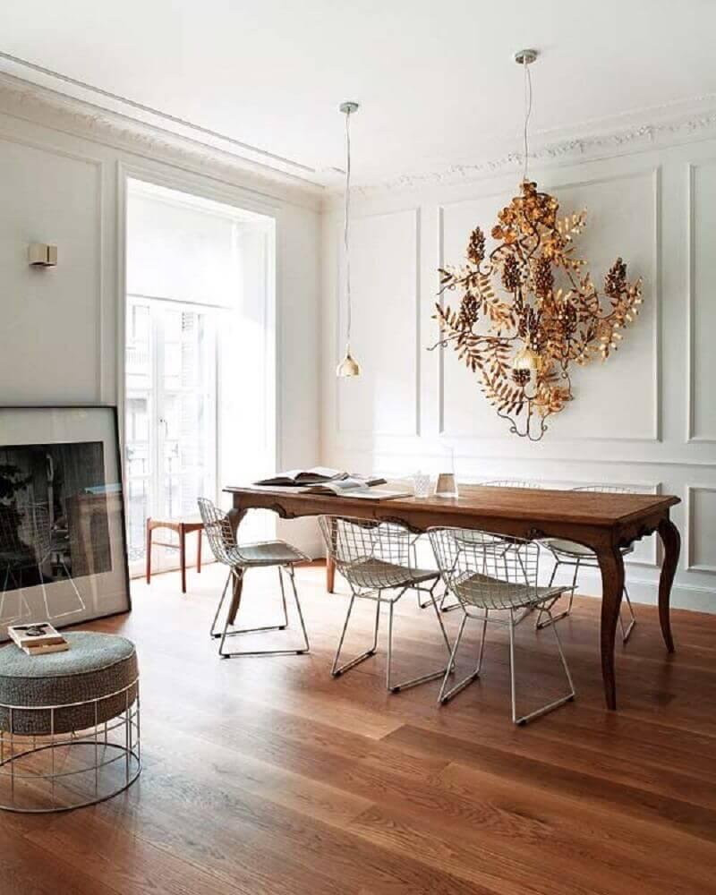 sala de jantar decorada com moldura de parede e mesa de madeira Foto Pinterest
