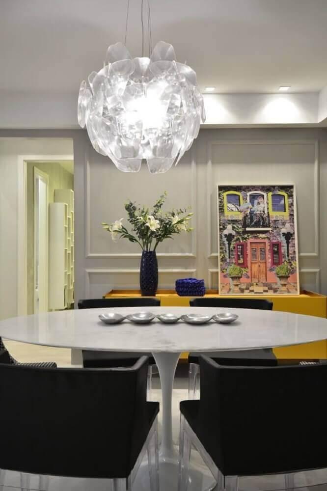sala de jantar moderna decorada com pendente e boiserie Foto BG Arquitetura
