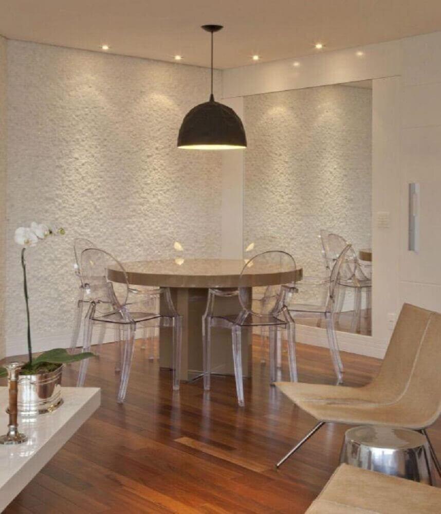 sala de jantar moderna decorada com pendente preto e cadeiras de acrílico Foto Patricia Kolanian