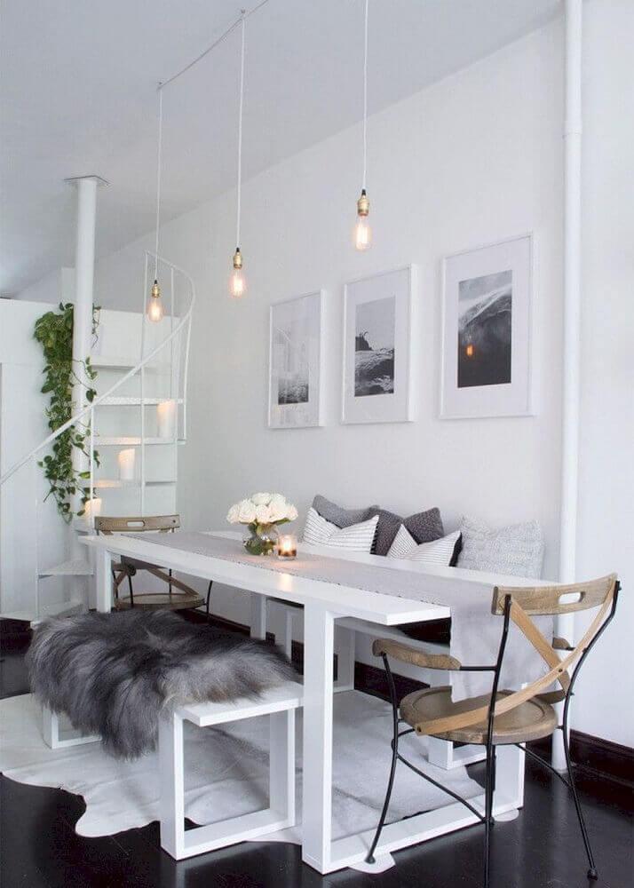 sala de jantar moderna decorada com tapete branco e pendentes minimalistas Foto Carre Bian Home