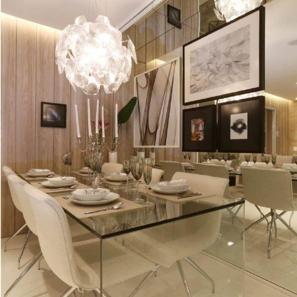 sala de jantar moderna e sofisticada com mesa de vidro e pendente diferente Foto Chris Silveira