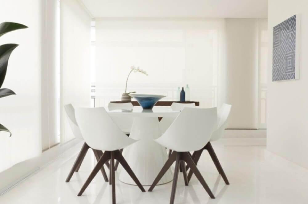sala de jantar moderna toda branca com cadeiras de pés palito Foto Marília Veiga