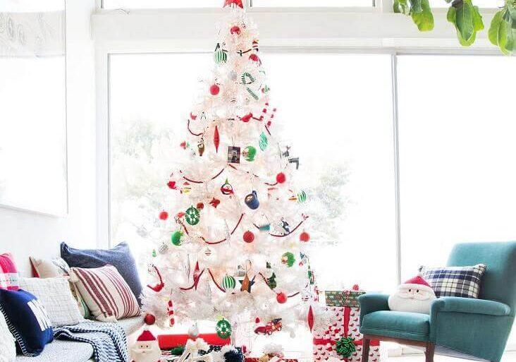 sala decorada com árvore de natal branca com enfeites coloridos Foto Emily Henderson