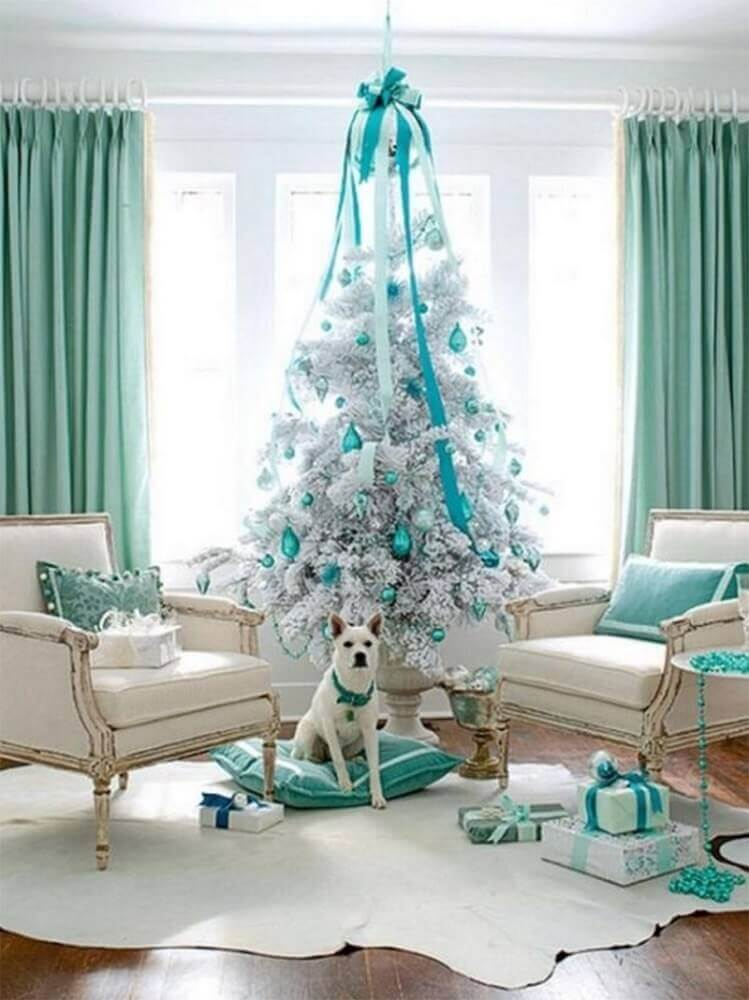 room decorated with white and blue Christmas tree Foto Kalinka Carvalho