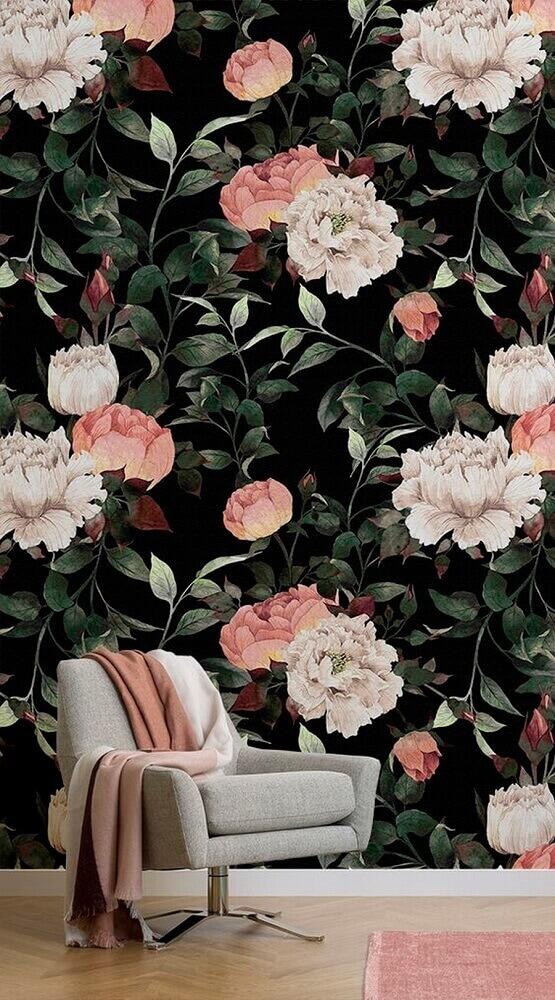 sala decorada com papel de parede floral com fundo preto e poltrona cinza Foto BlurStyle