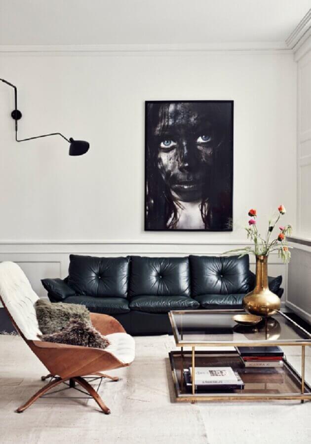 sala moderna decorada com boiserie grande quadro e sofá de couro preto FOTO Main Life Style