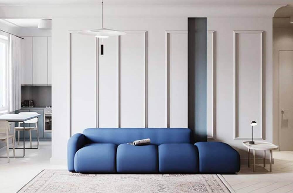 sala moderna decorada com moldura de parede e sofá azul Foto Pinterest