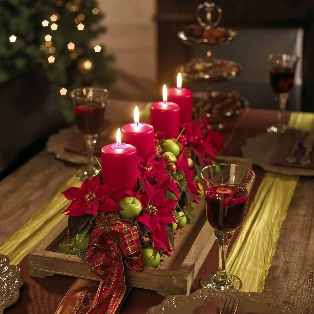 suporte de madeira para Arranjos de Natal com velas e flores vermelhas Foto Pinterest