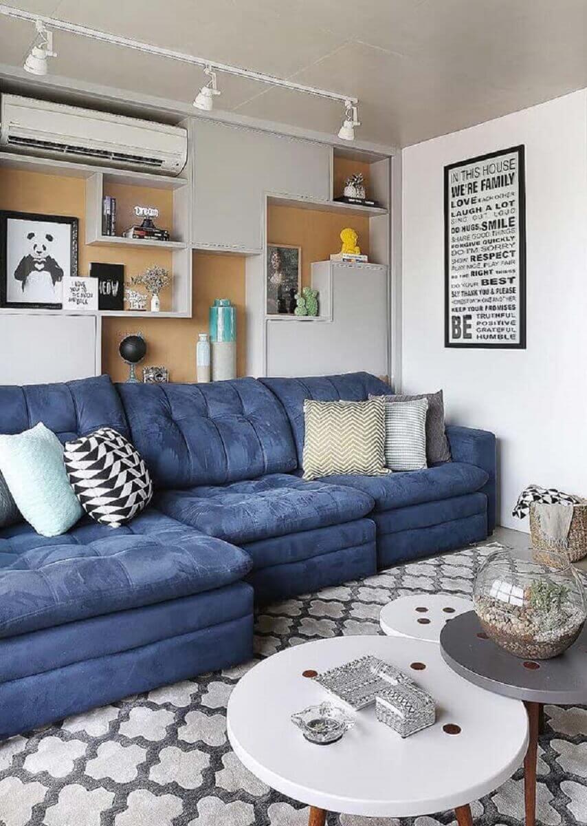 tapete cinza para decoração de sala branca com sofá azul Foto Elegancy Design
