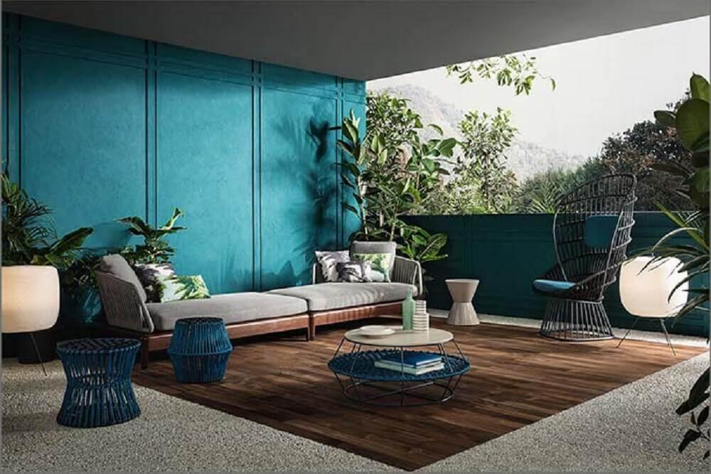 varanda ampla decorada com poltrona moderna e boiserie pintado de azul Foto Behance