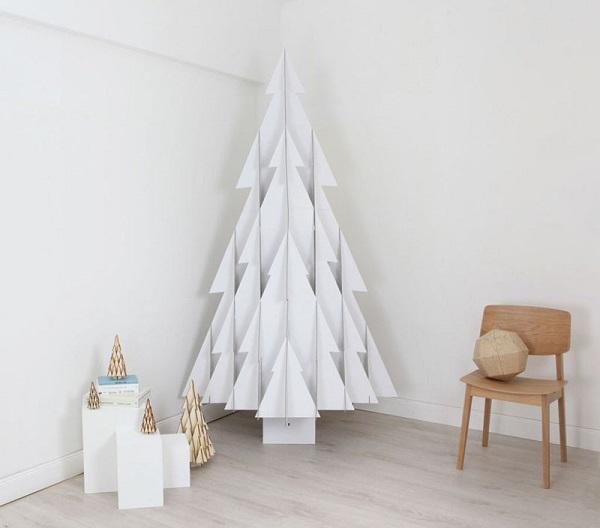 Árvore de Natal branca feita com estrutura de madeira