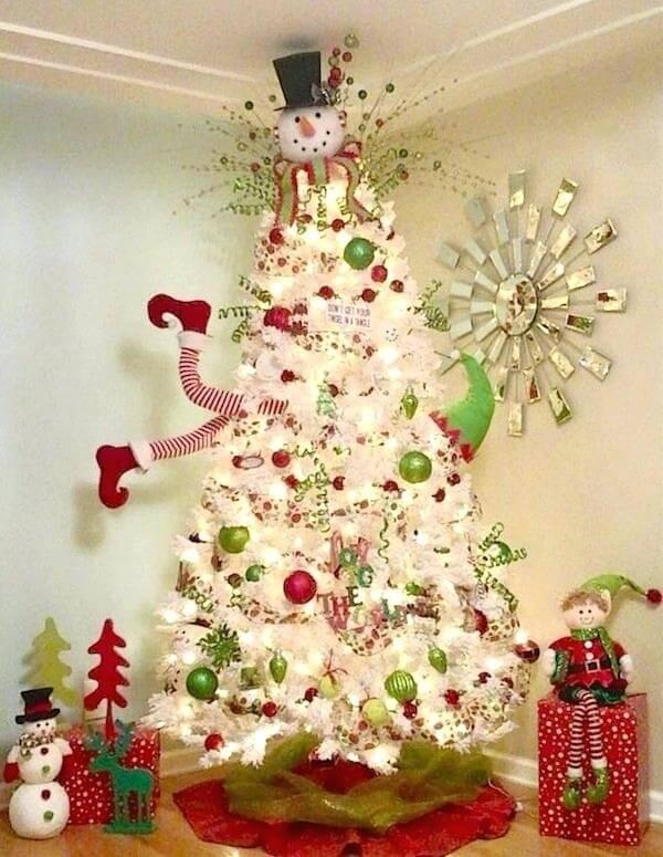 Árvore de Natal branca decorada de forma divertida