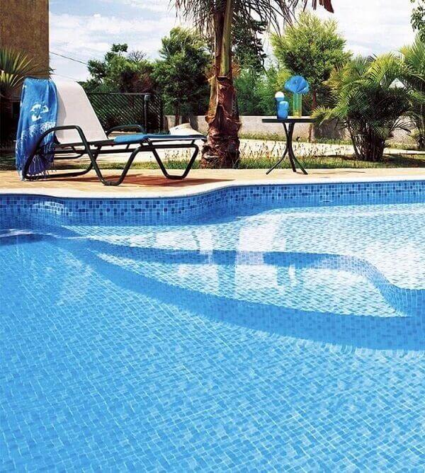 Invista em uma bela piscina de vinil para sua área de lazer
