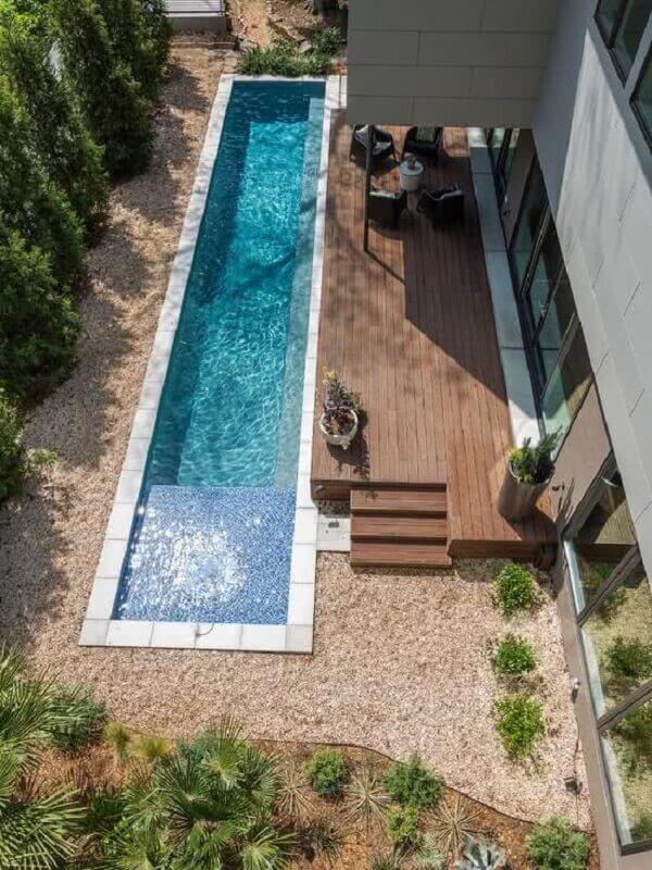 A piscina de vinil em tamanho retangular ocupa grande parte da área de lazer da casa