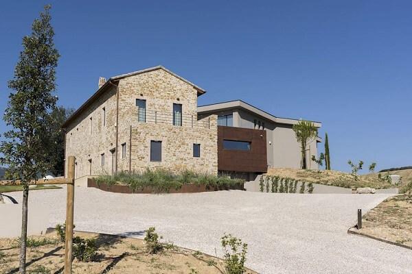 A casa com revestimento de parede externa em pedras se destaca na paisagem. Fonte: Revista Viva Decora