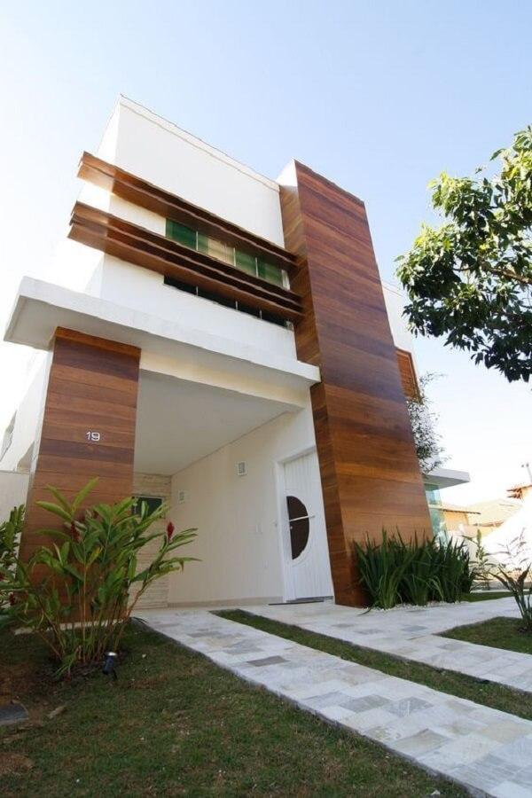 A fachada com revestimento de parede externa em madeira traz um toque de cor para o imóvel. Fonte: Revista Viva Decora