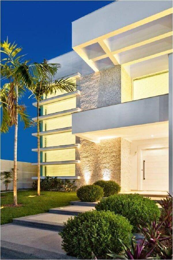 A iluminação pode realçar ainda mais o revestimento de parede externa. Fonte: Farinazzo Arquitetura