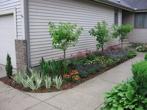 A lateral da casa foi decorada com plantas para jardim