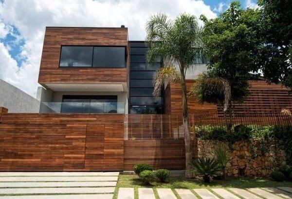 A madeira prevalece nesse projeto de revestimento de parede externa. Fonte: Revista Viva Decora 2