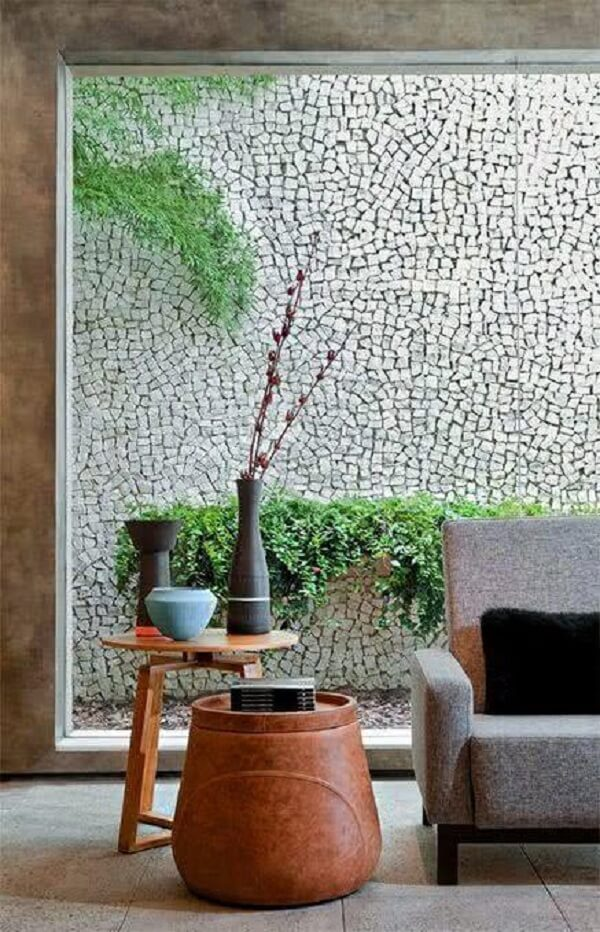 A pedra portuguesa branca foi escolhido para compor o revestimento de parede externa. Fonte: Pinterest