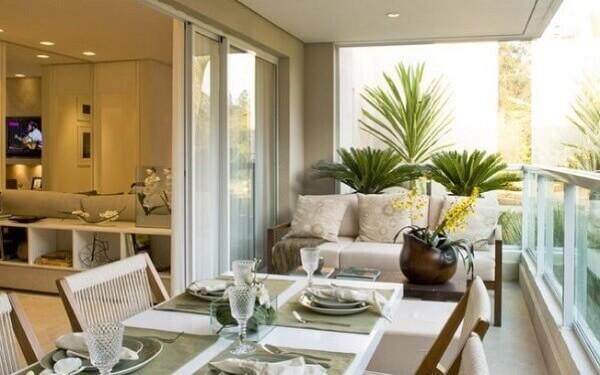A sala de jantar foi montada na sacada de vidro