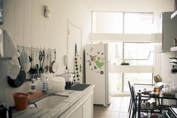 Apartamento pequeno decorado com cozinha simples com mesa de jantar Projeto de Casa Aberta