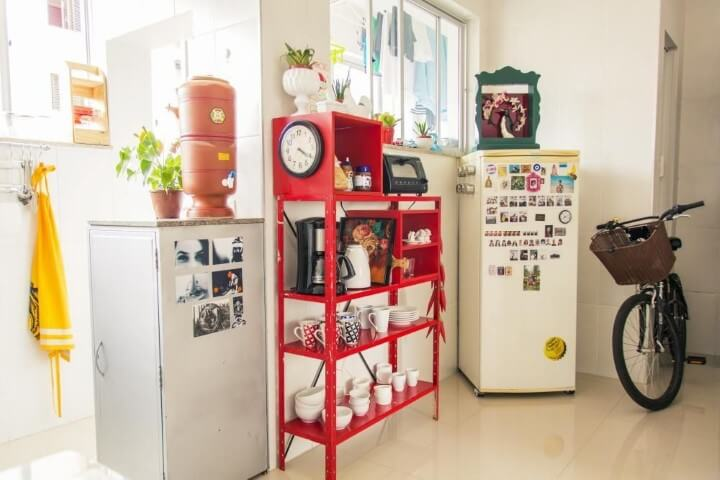 Apartamento pequeno decorado com cozinha simples e poucos objetos Projeto de Casa Aberta