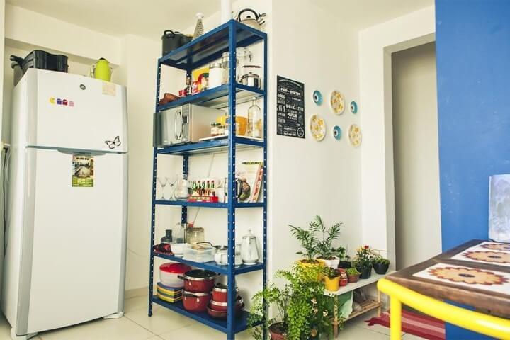 Apartamento pequeno decorado com estante aberta na cozinha Projeto de Casa Aberta