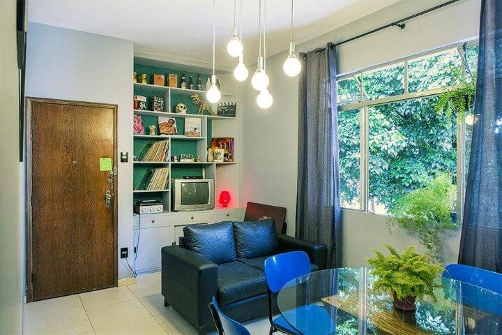 Apartamento pequeno decorado com estante na sala de TV Projeto de Casa Aberta