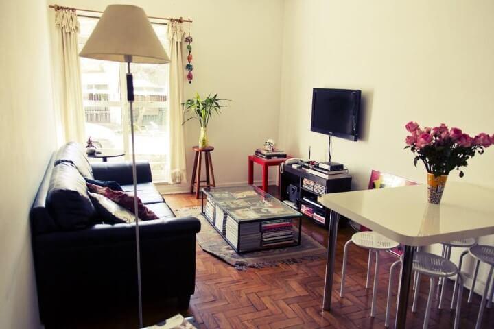 Apartamento pequeno decorado com mesa de centro usada para guardar revistas Projeto de Casa Aberta