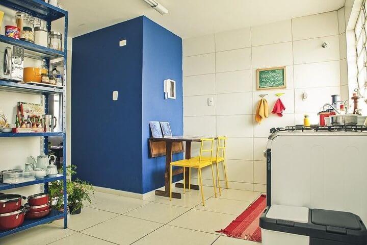 Apartamento pequeno decorado com mesa de jantar na cozinha simples Projeto de Casa Aberta