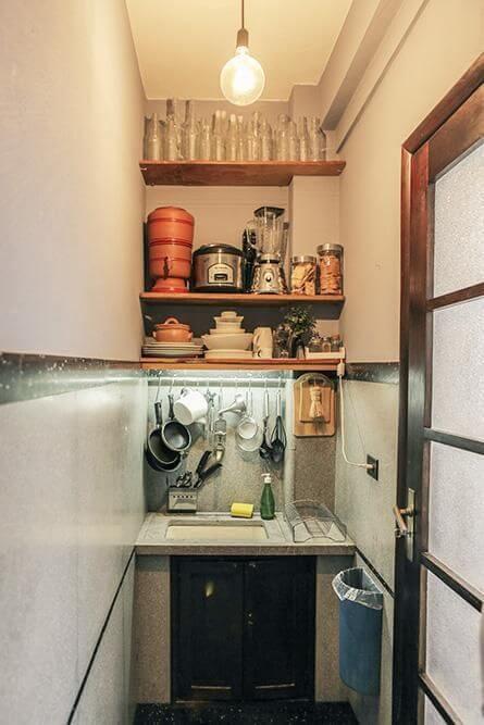 Apartamento pequeno decorado com prateleiras na cozinha Projeto de Casa Aberta