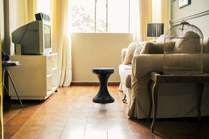 Apartamento pequeno decorado com sala de estar em tons claros e neutros Projeto de Casa Aberta