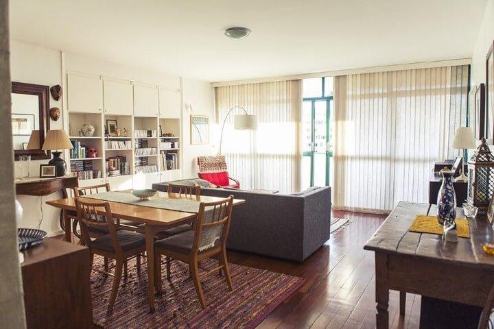 Apartamento pequeno decorado com sala de jantar e de estar integradas com piso de madeira Projeto de Casa Aberta