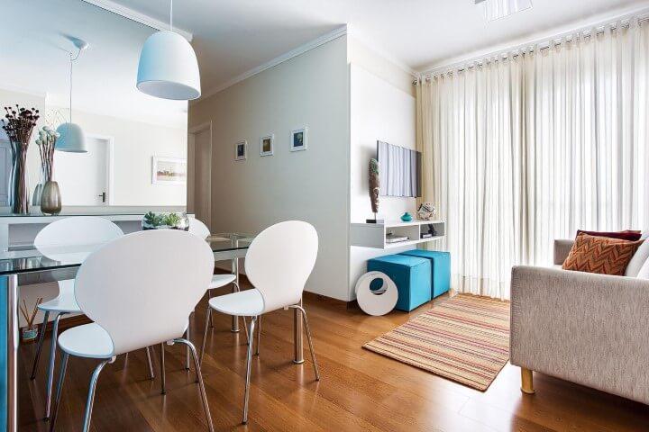Apartamento pequeno decorado com sala de jantar e living integrados Projeto de Luciane Mota