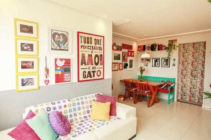 Apartamento pequeno decorado com salas integradas e mesma cor de parede e mesmo piso Projeto de Casa Aberta