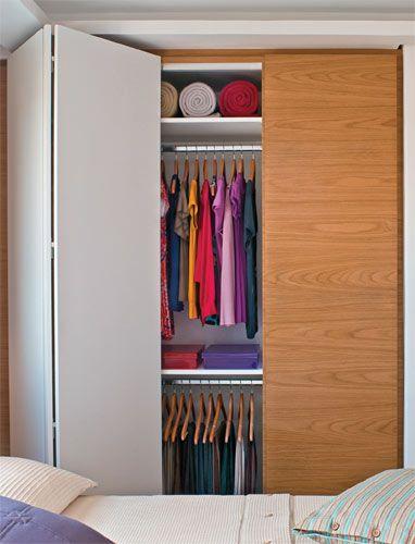 Armário de quarto com porta de dobrar branca e de abrir de madeira Foto de NetStudios