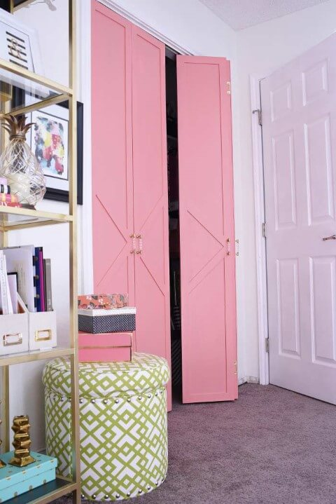 Armário de quarto com portas dobráveis em rosa Foto de Frans Space