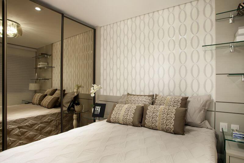 Armário de quarto com portas espelhadas Projeto de Sueli Zapparolli