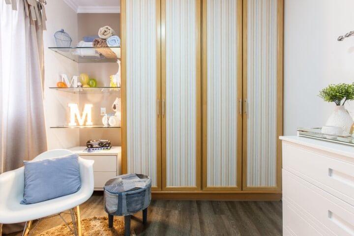 Armário de quarto de bebê com portas de abrir e estampa de listras verticais Projeto de Jordana Gabrielli