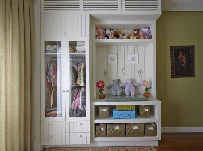 Armário de quarto de bebê com puxadores redondod Projeto de Ana Luisa Previde